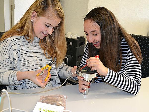 Mädchen lernen das Smart Home-System kennen